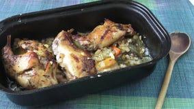 Geroosterd konijnbeen Dieetvlees, op smaak gebracht die konijn, met kruiden en groenten wordt gebakken stock footage