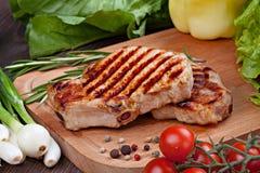 Geroosterd lapje vlees met groenten en kruiden Stock Fotografie