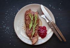 Geroosterd lapje vlees met rozemarijn en Amerikaanse veenbessaus Stock Foto