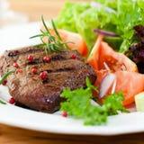 Geroosterd lapje vlees met verse groenten en kruiden Stock Foto