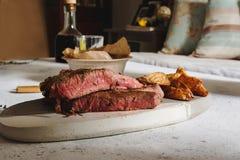 Geroosterd lapje vlees op scherpe raad Verzegeld met sterk Royalty-vrije Stock Foto