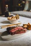 Geroosterd lapje vlees op scherpe raad Verzegeld met sterk Stock Fotografie