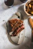 Geroosterd lapje vlees op scherpe raad Verzegeld met sterk Stock Afbeeldingen