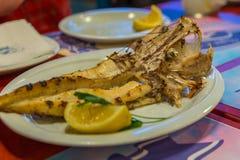 Geroosterd monkfish, op een witte plaat met citroen Restaurant in Tirana, Albanië royalty-vrije stock foto