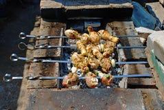 Geroosterd op brand chiken met kruiden, kruiden en tomatensaus stock foto