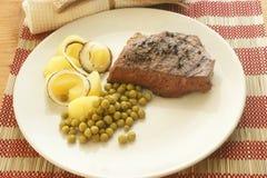 Geroosterd peperlapje vlees met aardappel en erwt Royalty-vrije Stock Foto's