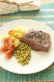 Geroosterd peperlapje vlees met geroosterde aardappel en erwt Royalty-vrije Stock Fotografie