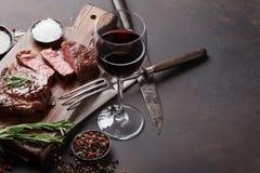 Geroosterd ribeye rundvleeslapje vlees met rode wijn, kruiden en kruiden stock foto's