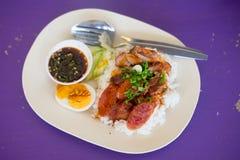 Geroosterd rood varkensvlees en gekookt ei in saus Stock Fotografie