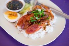 Geroosterd rood varkensvlees en gekookt ei in saus Royalty-vrije Stock Afbeeldingen