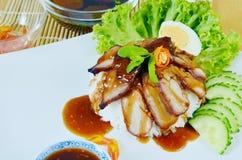 Geroosterd rood varkensvlees in saus met rijst Stock Foto