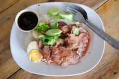 Geroosterd rood varkensvlees in saus met rijst en gekookt ei, Thais Voedsel Royalty-vrije Stock Fotografie