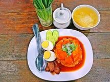 Geroosterd rood varkensvlees in saus met rijst, gekookt ei, de lenteui en bouillon Royalty-vrije Stock Foto's