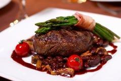 Geroosterd rundvlees met tomaat Stock Foto's