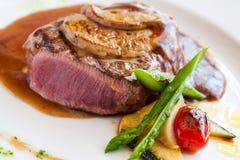 Geroosterd rundvleesfilethaakwerk met foiegras. Stock Foto's