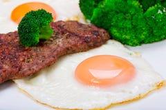 Geroosterd rundvleeslapje vlees met eieren. royalty-vrije stock foto's
