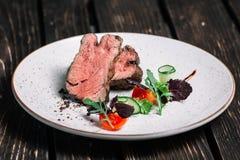Geroosterd rundvleeslapje vlees met salade Royalty-vrije Stock Foto's