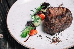 Geroosterd rundvleeslapje vlees met salade Stock Foto