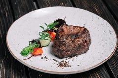 Geroosterd rundvleeslapje vlees met salade Royalty-vrije Stock Fotografie