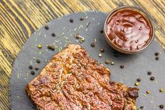 Geroosterd rundvleeslapje vlees met saus stock foto's
