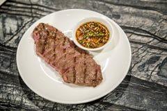 Geroosterd rundvleeslapje vlees met Thaise stijl kruidige saus Stock Afbeelding