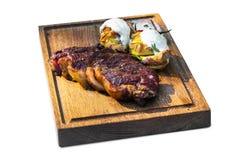 Geroosterd rundvleeslapje vlees op houten raad Stock Foto