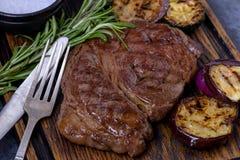 Geroosterd rundvleeslapje vlees zwarte Angus en rozemarijn Royalty-vrije Stock Foto