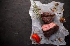 Geroosterd struisvogellapje vlees met kruiden op zwarte royalty-vrije stock fotografie