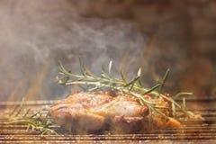Geroosterd Uitgebeend Kippenvlees op Rokende Barbecue met Rosemary Royalty-vrije Stock Fotografie