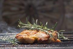Geroosterd Uitgebeend Kippenvlees op Rokende Barbecue met Rosemary Royalty-vrije Stock Afbeeldingen