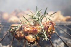 Geroosterd Uitgebeend Kippenvlees op Rokende Barbecue met Rosemary Stock Foto's