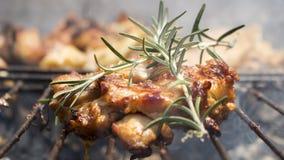 Geroosterd Uitgebeend Kippenvlees op Rokende Barbecue met Rosemary Royalty-vrije Stock Foto