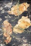 Geroosterd Uitgebeend Kippenvlees op Rokende Barbecue met Rosemary Stock Afbeeldingen