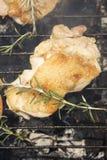 Geroosterd Uitgebeend Kippenvlees op Rokende Barbecue met Rosemary Stock Fotografie