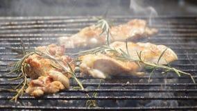 Geroosterd Uitgebeend Kippenvlees op Rokende Barbecue met Rosemary Royalty-vrije Stock Afbeelding