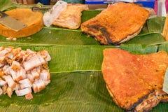 Geroosterd varkensvlees in banaanblad Stock Afbeeldingen