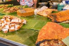Geroosterd varkensvlees in banaanblad op straatvoedsel Stock Foto's