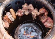 Geroosterd varkensvlees in een grote aarden kruik, modieus voedsel stock fotografie