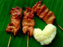 Geroosterd varkensvlees en kleverige rijst op banaanblad royalty-vrije stock foto