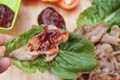 Geroosterd varkensvlees Koreaans voedsel met Spaanse peperssaus Stock Afbeeldingen