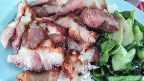 Geroosterd varkensvlees met het onderdompelen van saus royalty-vrije stock fotografie