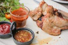 Geroosterd Varkensvlees met kruidige Thaise stijl onderdompelende saus Stock Fotografie
