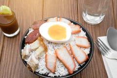 Geroosterd varkensvlees met rijst, gekookt ei Stock Foto
