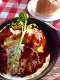 Geroosterd varkensvlees met saus en eieren en witte rijst Stock Fotografie