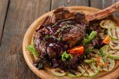 Geroosterd varkensvlees op been met groenten, leegte Royalty-vrije Stock Foto's