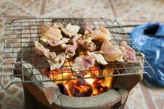 Geroosterd varkensvlees op de grill en de zwarte peper Stock Foto