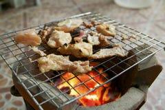 Geroosterd varkensvlees op de grill en de zwarte peper Stock Foto's