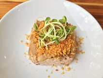 Geroosterd varkensvlees op ongepelde rijst met zonnebloemspruiten op bovenkant Royalty-vrije Stock Foto
