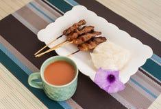 Geroosterd Varkensvlees, Varkensvleeslapje vlees, Barbecuevarkensvlees met Rijst en Hete Melkthee Royalty-vrije Stock Afbeeldingen