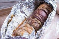 Geroosterd varkensvleesbroodje dat met groenten en knoflook wordt gevuld stock afbeeldingen